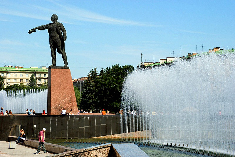 Musical fountains and the statue of Vladimir Lenin on Moskovskaya Ploshchad in St Petersburg, Russia