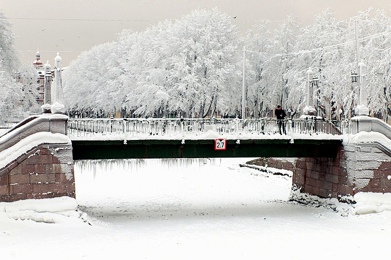 Winter view of Krasnogvardeiskiy Bridge over the Griboedov Canal in Saint-Petersburg, Russia