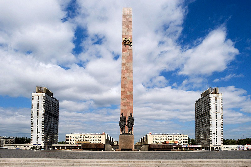 Monument to the Heroic Defenders of Leningrad on Victory Square (Ploshchad Pobedy) in St Petersburg, Russia