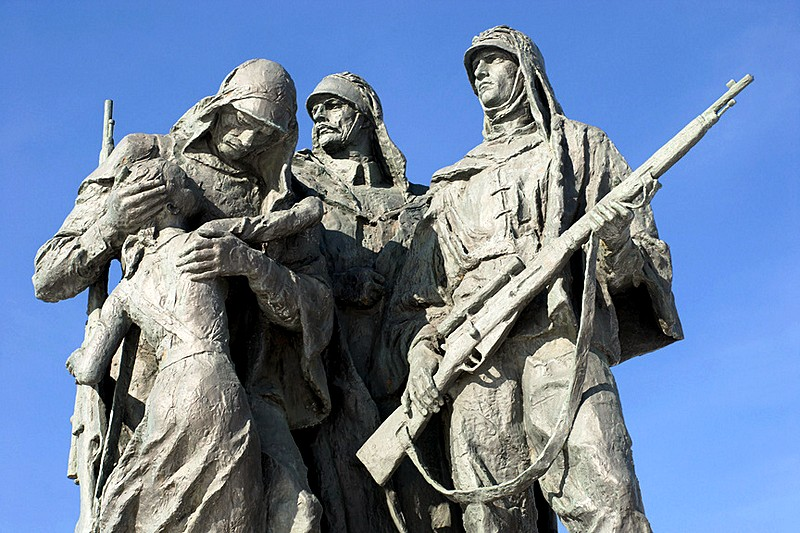Sculptural group Snipers in front of the Monument to the Heroic Defenders of Leningrad