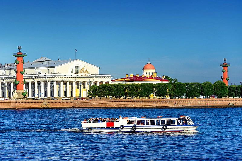Rusija Tour-boat-in-front-strelka-of-vasilievsky-island-in-st-petersburg